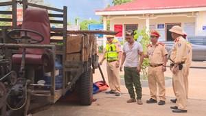 Lực lượng công an trấn áp, bắt giữ đối tượng chở gỗ lậu