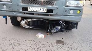 Xe máy va chạm ô tô tải khiến hai người chết