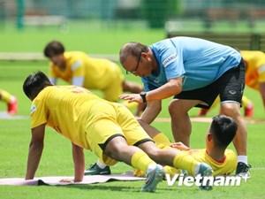 [ẢNH] Khoảnh khắc HLV Park Hang-seo ân cần với U22 Việt Nam dưới nắng gắt