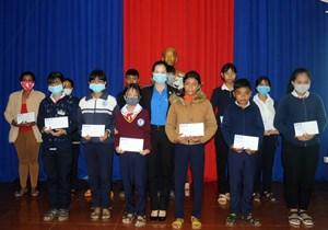 Lâm Đồng: Trao học bổng Vừ A Dính cho học sinh DTTS