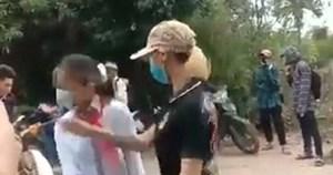 Nữ sinh lớp 7 bị đánh trên đường đi học về, không ai buồn can ngăn