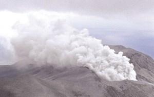 Nhật Bản phát cảnh báo vì núi lửa phun trào
