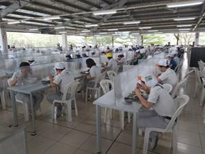 Lo bữa ăn cho công nhân trong mùa dịch