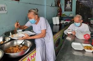 Niềm vui của vợ chồng già nấu cơm 0 đồng