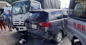 7 xe ô tô tông nhau loạn xạ trên đường