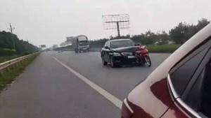 Xe Toyota Camry đâm xe máy dính vào đầu xe vẫn tăng ga bỏ chạy
