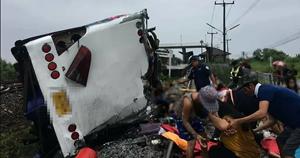 Tàu hỏa va chạm xe buýt ở Thái Lan, ít nhất 20 người chết