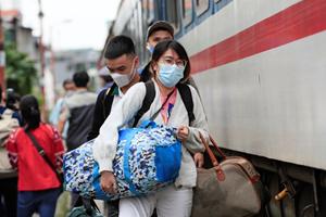 BẢN TIN MẶT TRẬN: Mặt trận Trung ương phân bổ 8 tỷ đồng hỗ trợ người dân trở về quê từ vùng dịch