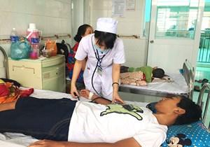 Điều trị sốt xuất huyết tại nhà, nhiều trẻ nguy kịch