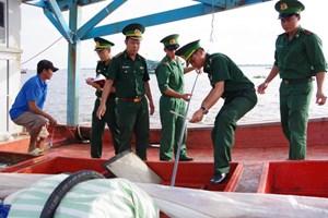 Bắt tàu cá vận chuyển trái phép 20 ngàn lít dầu