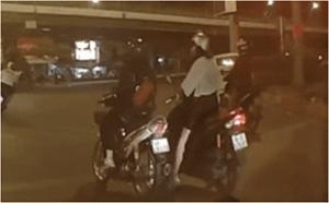 [VIDEO] Dừng đèn đỏ, cô gái bị 2 gã đàn ông áp sát giật phăng túi xách