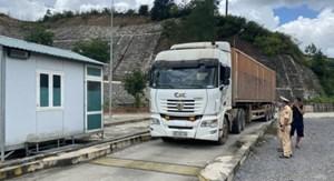 Xử lý nghiêm xe đầu kéo tự ý cắt nóc container chở quá tải
