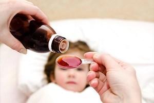 Dùng thuốc ho đúng cách cho trẻ