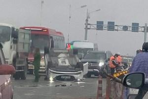 Ô tô 'phơi bụng' sau khi tông dải phân cách cầu Vĩnh Tuy