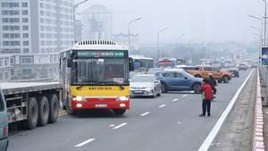 Lùi giờ thông xe cầu Thăng Long khiến ùn tắc kéo dài