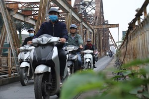 [Ảnh] Cận cảnh sự xuống cấp của cầu Long Biên