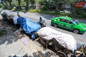 Rác thải sinh hoạt ngập đường phố phường Hà Nội