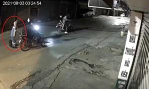 [VIDEO] Truy bắt các đối tượng cướp xe nữ công nhân môi trường trong đêm