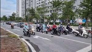 [VIDEO] Đang giãn cách, đường phố Hà Nội vẫn đông như ngày thường