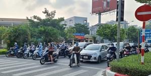 [ẢNH] Đường phố Hà Nội đông đúc, người dân mua sắm nhộn nhịp