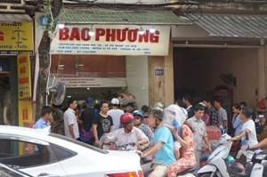 Người Hà Nội xếp hàng dài chờ mua bánh Trung thu cổ truyền