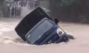 Nước lũ cuốn cả xe tải trên cầu ở Quảng Nam