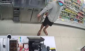 CLIP: Nam thanh niên cầm dao đe dọa nhân viên cửa hàng tiện lợi