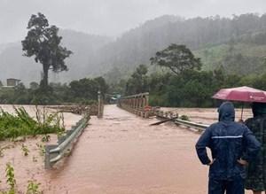Cầu sắt ở Kon Tum bị lũ cuốn trôi trong bão số 9, 1500 hộ dân bị cô lập