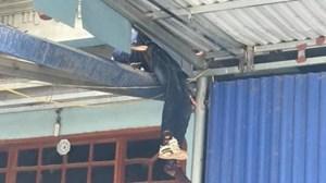 Thái Nguyên: Ô tô tông xe máy, 2 người bay lên nóc nhà ven đường, tử vong