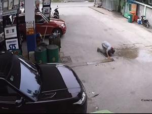Nhân viên cây xăng may mắn thoát chết khi suýt bị cán
