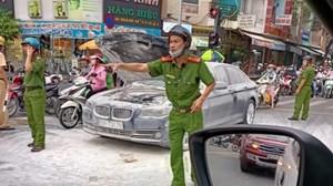 TP HCM: Xế hộp BMW bốc cháy giữa đường