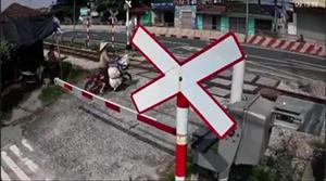 Cố băng qua đường tàu, người phụ nữ suýt mất mạng