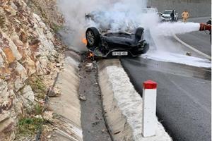 Video: Ôtô tông vào vách núi bốc cháy dữ dội