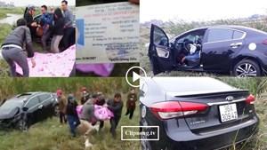Ôtô húc bay cột mốc, tài xế mắc kẹt trong xe