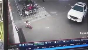Thót tim trước cảnh cháu bé đi xe đạp bị ôtô cuốn vào gầm
