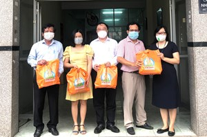 Hỗ trợ thiết bị y tế cho phóng viên tuyến đầu chống dịch