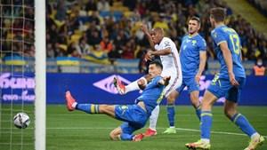 Sao Man United lập công giúp tuyển Pháp thoát thua trước Ukraine