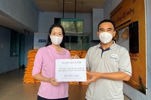 MC Quyền Linh quyên góp 10 tấn gạo cho Trịnh Kim Chi giúp nghệ sĩ gặp khó khăn