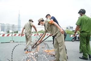 TP Hồ Chí Minh: Shipper vui mừng khi rào chắn được tháo dỡ