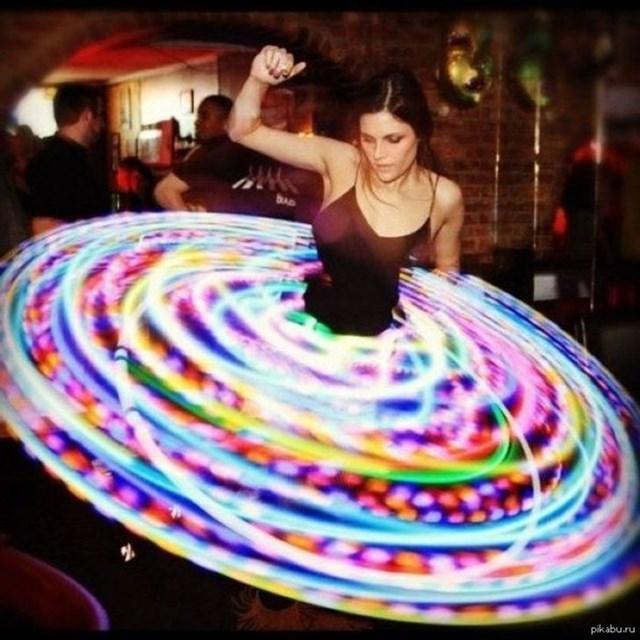 Nghệ sĩ lắc vòng với ánh sáng trông giống như một chiếc váy sang trọng.
