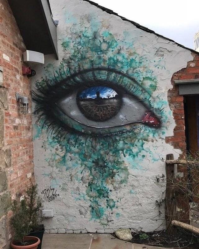 Cảm giác như thể con mắt nghệ thuật đường phố này đang nhìn thẳng vào tâm hồn bạn.