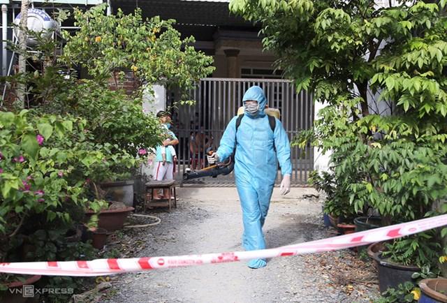Con hẻm nơi nam thanh niên ở TP Hồ Chí Minh được xác nhận xét nghiệm dương tính nCoV ở trọ bị phong tỏa, phun xịt thuốc khử khuẩn..