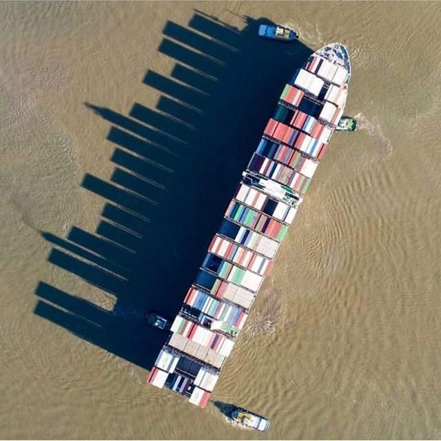 Cái bóng này đã biến một con tàu thành một thành phố với những tòa nhà chọc trời.