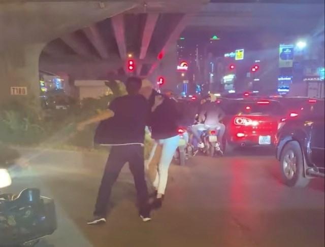 Hình ảnh người tài xế lao vào hành hung nam thanh niên sau khi bị nhắc nhở vì dừng đỗ xe quá lâu gây tắc đường. (Ảnh: B.H).