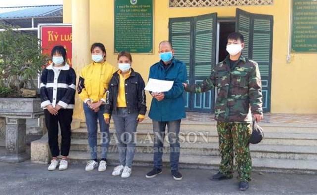 Lộc Văn Lợi và 3 công dân Việt Nam nhập cảnh trái phép từ Trung Quốc về Việt Nam bị Đồn Biên phòng Na Hình bắt giữ. Ảnh: Báo Lạng Sơn.