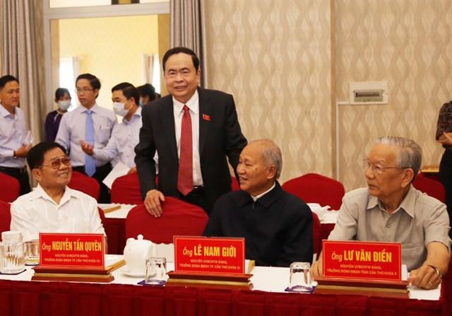 Chủ tịch Trần Thanh Mẫn trao đổi với nguyên lãnh đạo TP Cần Thơ qua các nhiệm kỳ tại buổi họp mặt.
