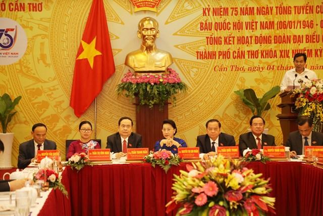 Chủ tịch Quốc hội Nguyễn Thị Kim Ngân và Chủ tịch Trần Thanh Mẫn cùng Đoàn đại biểu Quốc hội TP Cần Thơ nhiệm kỳ 2016-2021 tại buổi họp mặt.