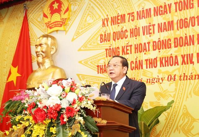 Ông Trần Quốc Trung, Trưởng đoàn đại biểu Quốc hội TP Cần Thơ báo cáo hoạt động của Đoàn Cần Thơ.