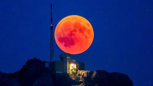Nguyệt thực toàn phần ngày 26/5 là sự kiện thiên văn đáng mong đợi nhất năm 2021. Trong ảnh là hiện tượng nguyệt thực toàn phần dài nhất thế kỷ xảy ra vào đêm 27/2/2018.Ảnh: Guardian .