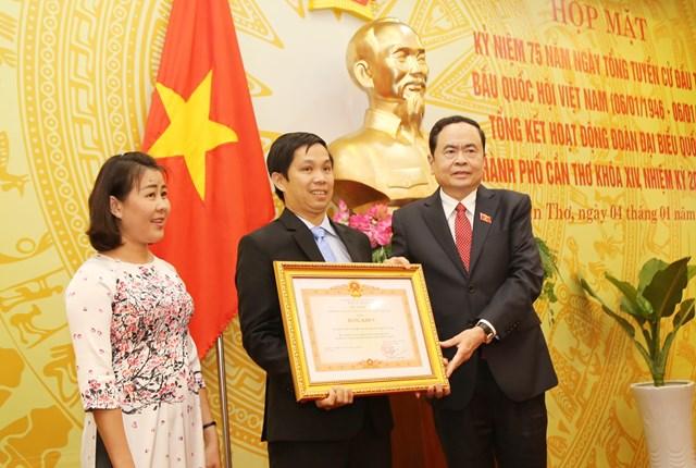 Chủ tịch Trần Thanh Mẫn trao Bằng khen của Thủ tướng Chính phủ cho Văn phòng Đoàn đại biểu Quốc hội TP Cần Thơ.